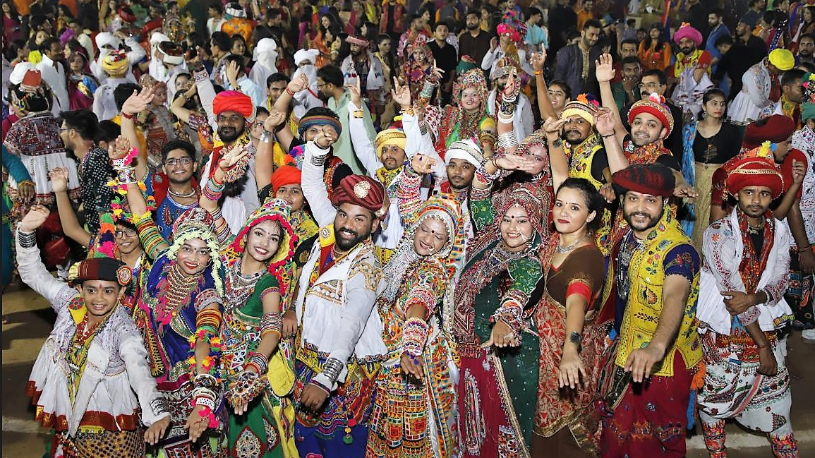 Live Garba- Mega Finals Navratri 2018- Day 10 – Darshana Gandhi, Rishin Saraiya and Group